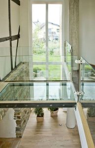 Glasbrücke - Übergang Altbau zu Neubau