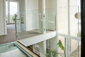 Glasbrücke - Übergang Altbau zu Neubau und Glasfuge
