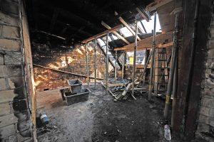 zerstörter Wohnraum im Dachgeschoss
